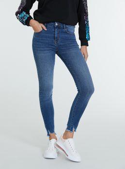 Jeans con orlo sfilacciato