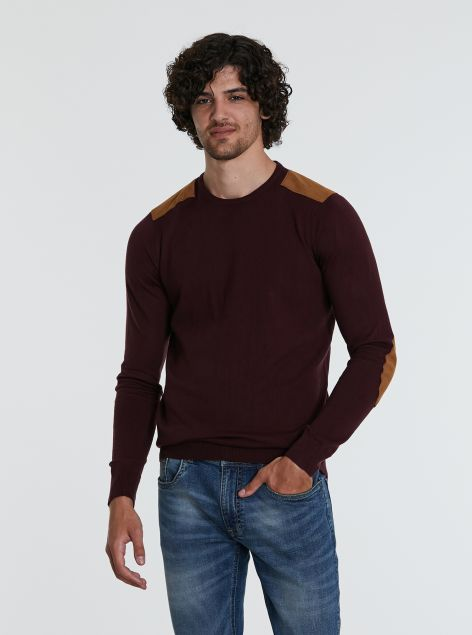 Maglione con toppe sulle spalle