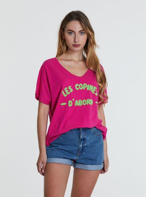 T-shirt con scritta in rilievo