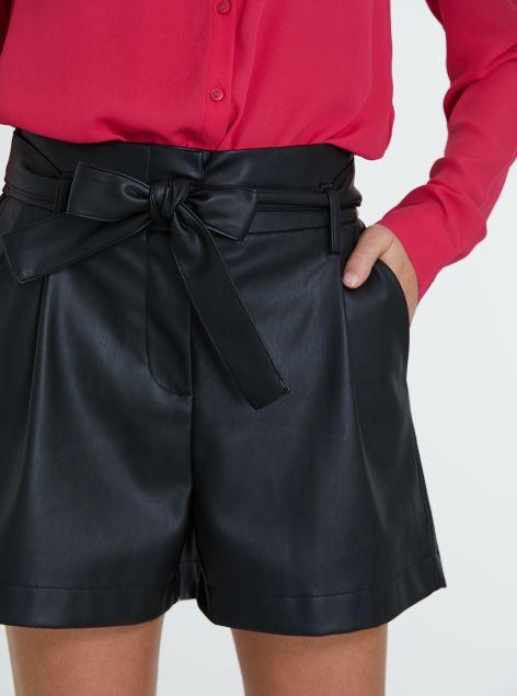 Shorts in ecopelle con fiocco