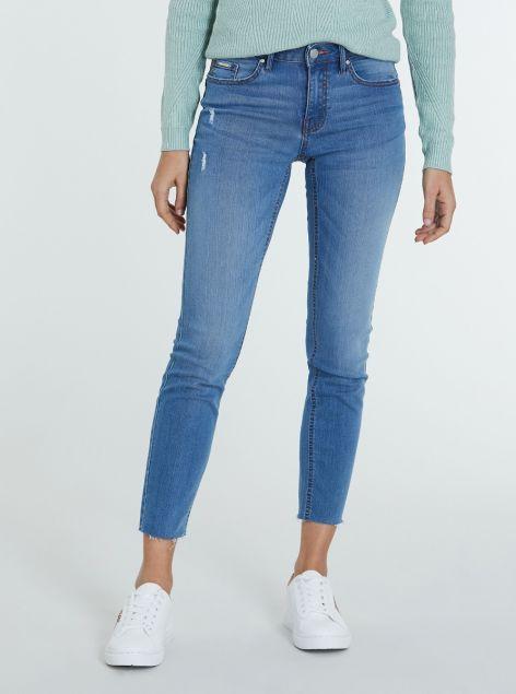 Jeans alla caviglia sfilacciati