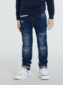 Jeans con toppe stampate