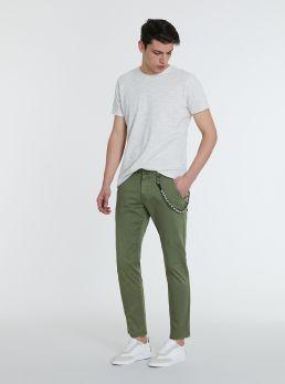 Pantaloni chino con catena
