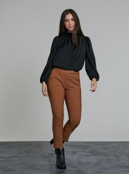 Pantaloni skinny con bottone